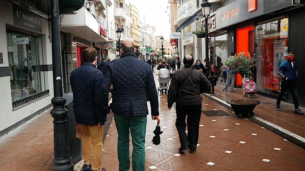 Gente paseando por una calle comercial de la Línea de la Concepción, hoy