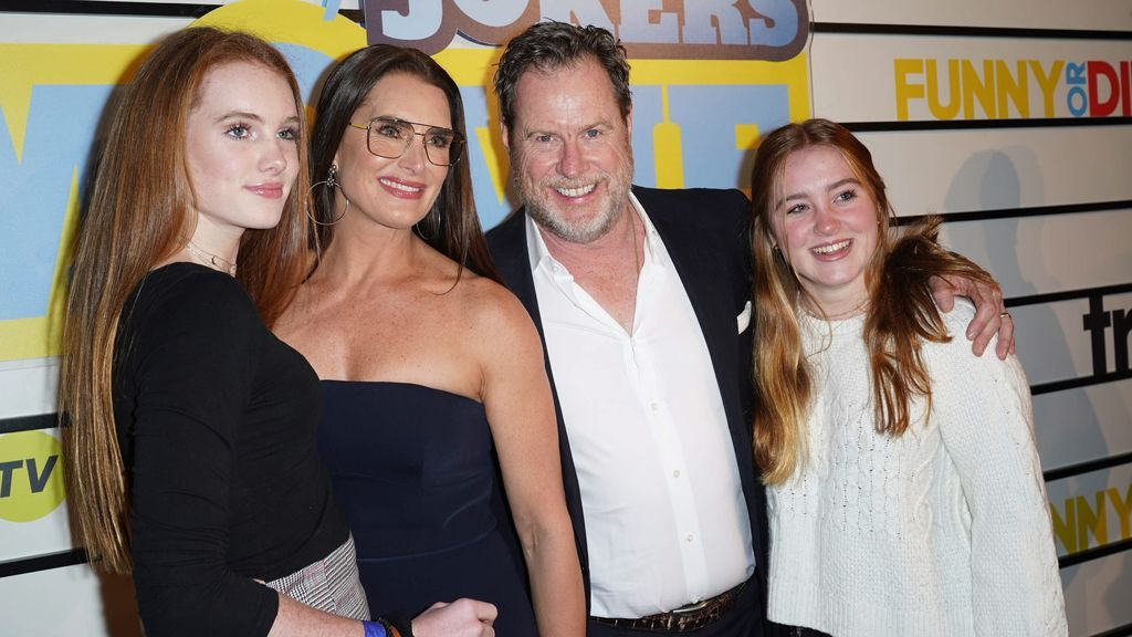 Brooke Shields con su marido, Chris Henchy, y sus dos hijas (2020)