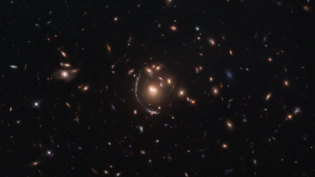 La galaxia LRG-3-817 a través de lentes gravitacionales
