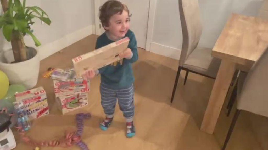 Niños abriendo los regalos de los Reyes Magos
