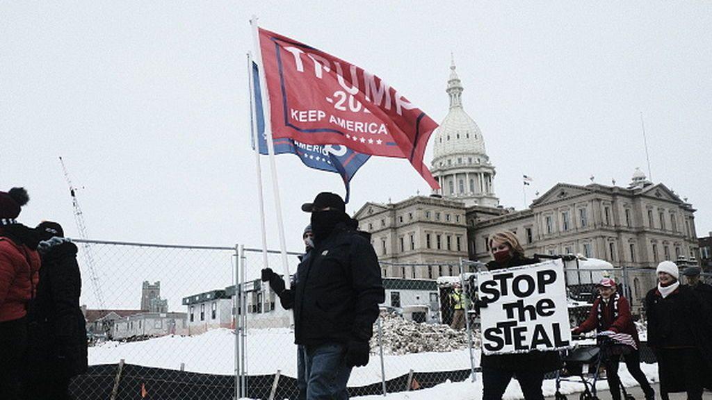 Manifestantes a favor de Trump camino del Capitolio