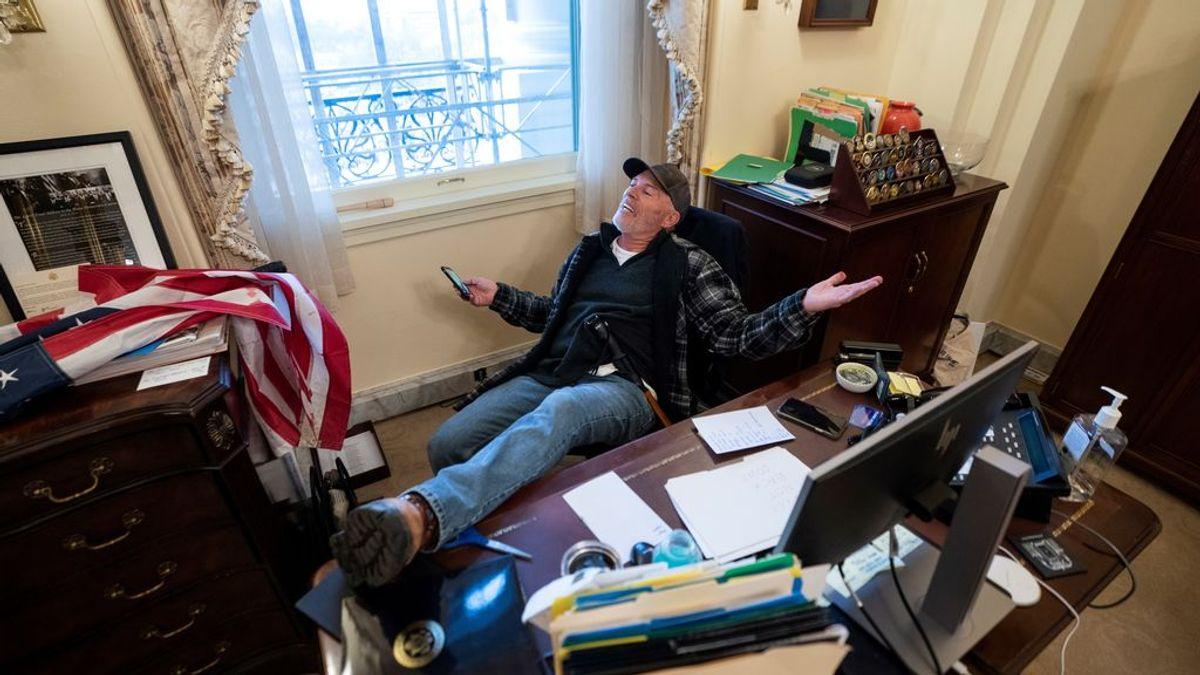 Un seguidor de Trump, sentado en el despacho de Nancy Pelosi
