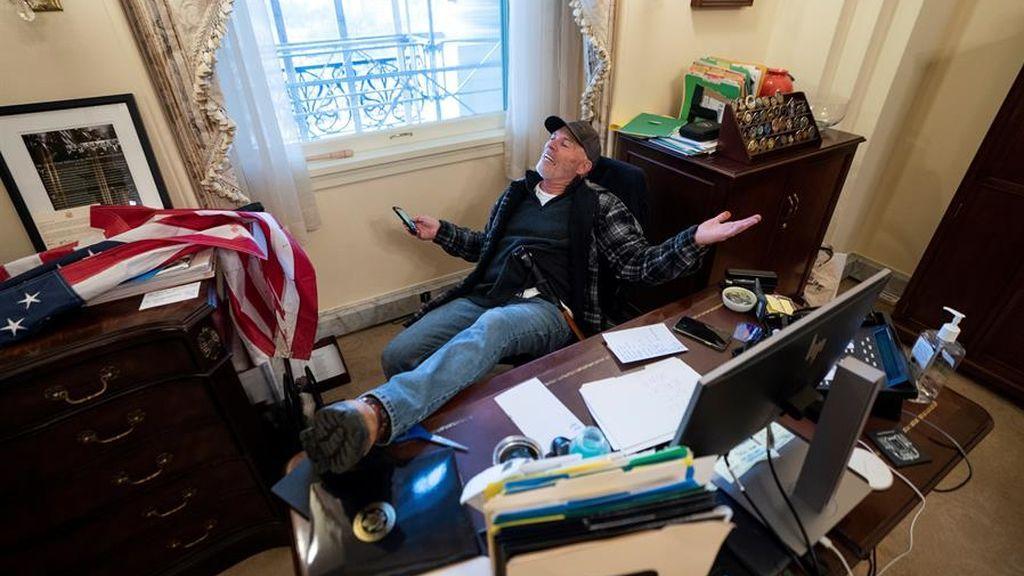 Richard Barnett, el hombre que profanó el despacho de Pelosi - NIUS