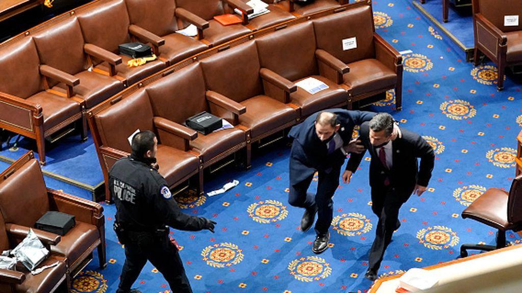 Muere una mujer, partidaria de Trump, por un disparo de la Policía en el interior del Capitolio