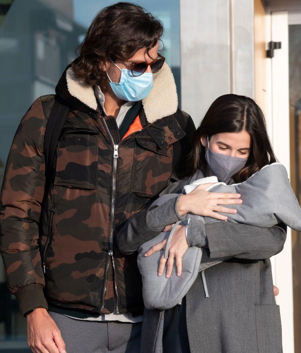 Feliciano y Sandra Gago posan con su hijo Darío a su salida del hospital