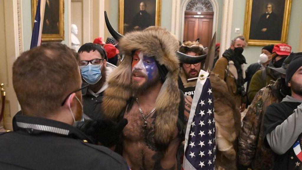 ¿Son frikis o algo más? Lo que hay detrás del hombre que asaltó el Capitolio vestido con pieles y cuernos