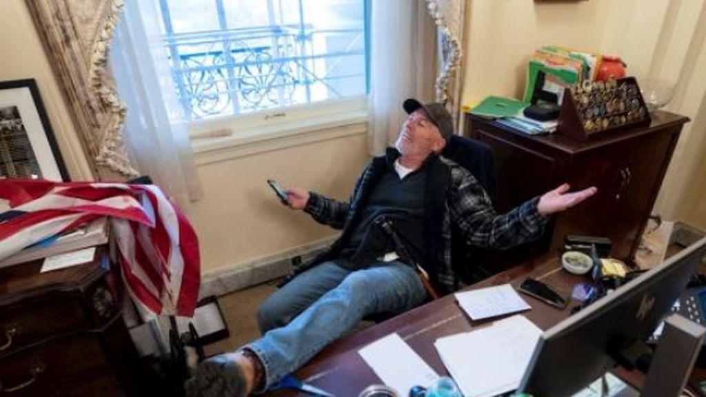 El hombre que asaltó el despacho de Pelosi, detenido