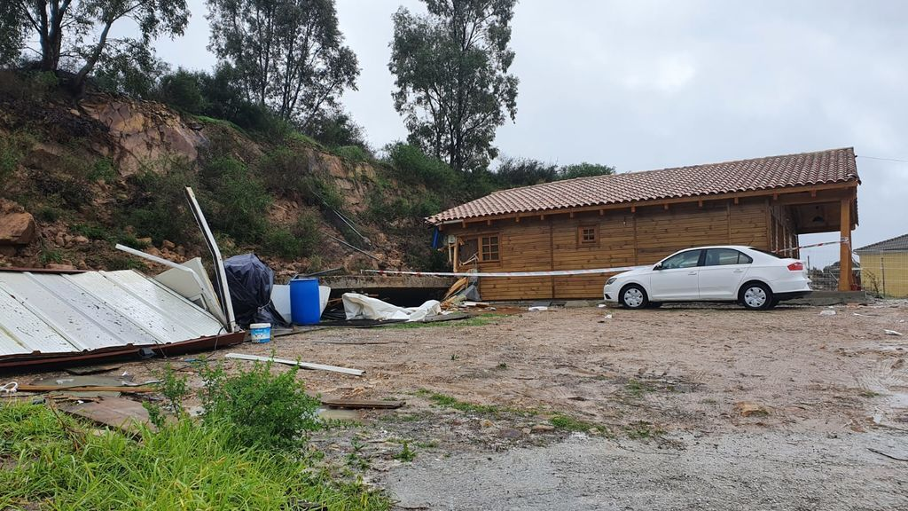 Un hombre y su hijo, hospitalizados tras caerles encima el muro de su casa por las lluvias en Algeciras
