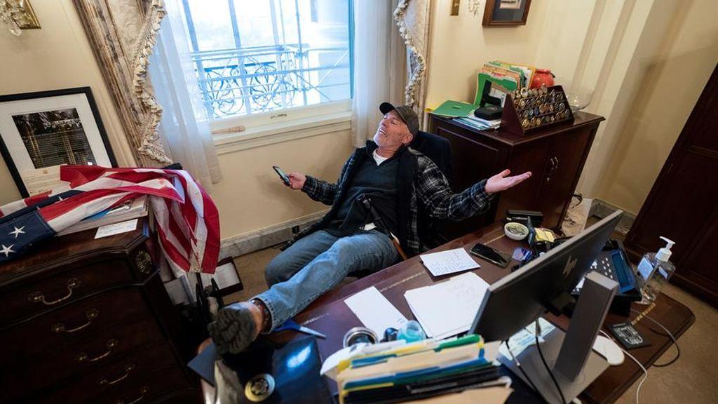 Detenido el asaltante del Capitolio que se fotografió en el despacho de Nancy Pelosi
