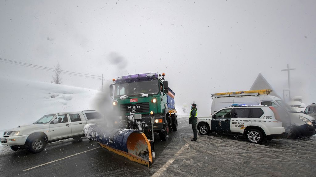Una máquina quitanieves trabaja limpiando la carretera