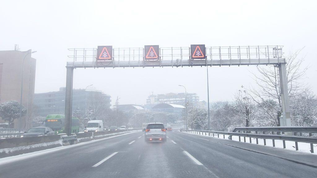 Las carreteras de circunvalación de Madrid sufren cortes por la copiosa nevada