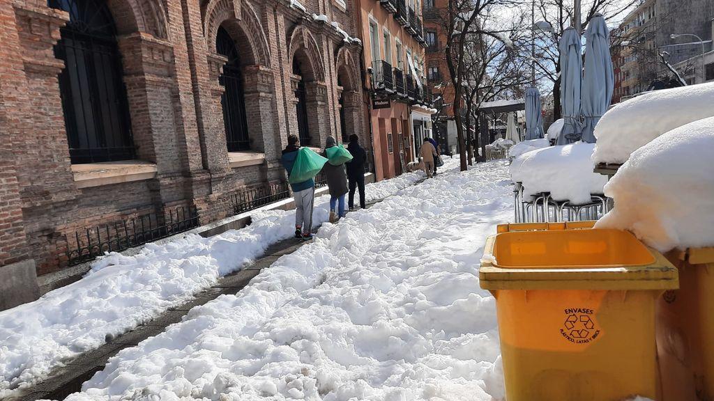 Reparto de sal en el centro de Madrid
