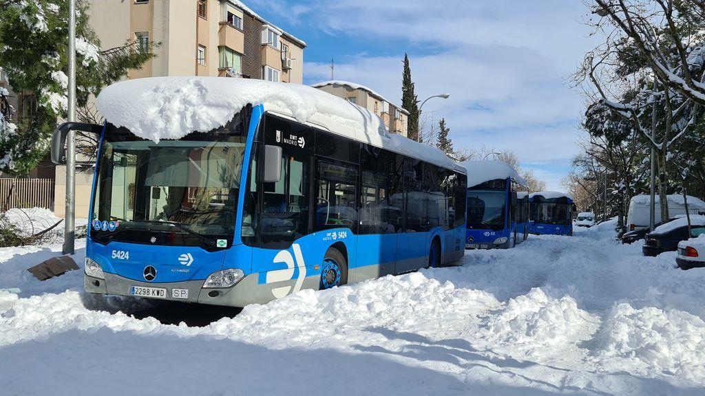 Varios autobuses de la Empresa Municipal de Transportes (EMT) tras la nevada