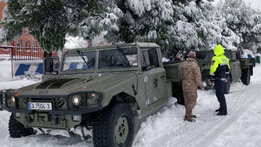 Militares cubiertos de nieve