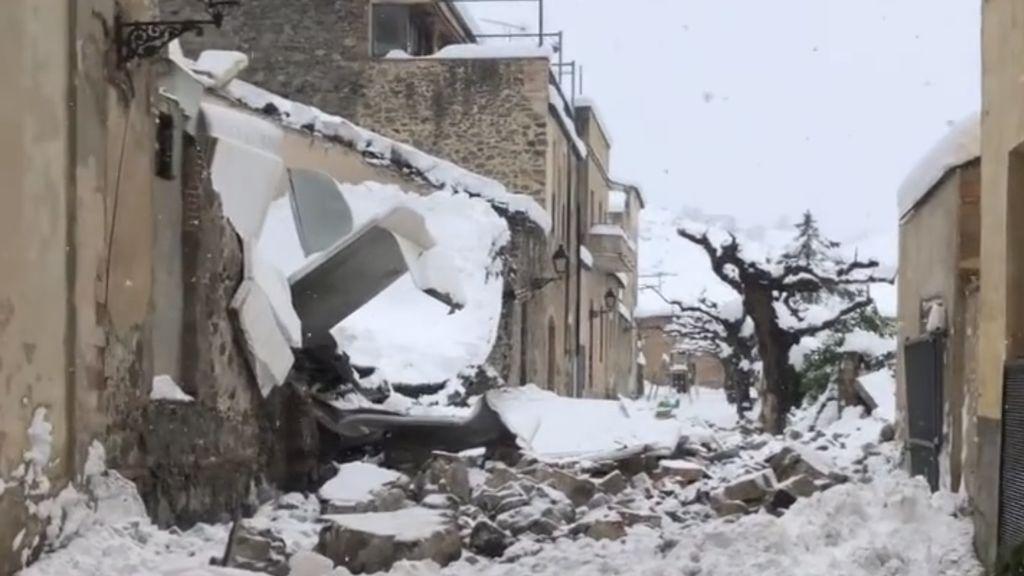 La nieve hunde el techo de una parte de la bodega del Celler Vall Llach en Porrera (Tarragona)