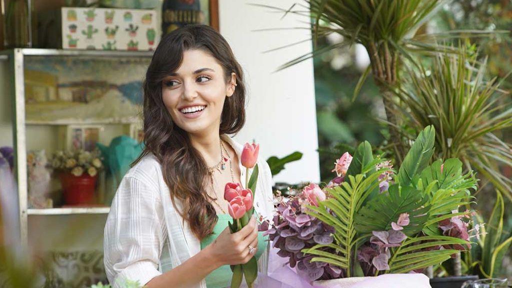 Hande Erçel, una florista en 'Love is in the air'
