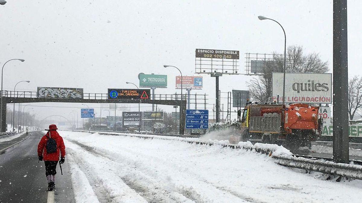 Última hora del temporal: La UME limpia las pistas de Barajas y los accesos a hospitales