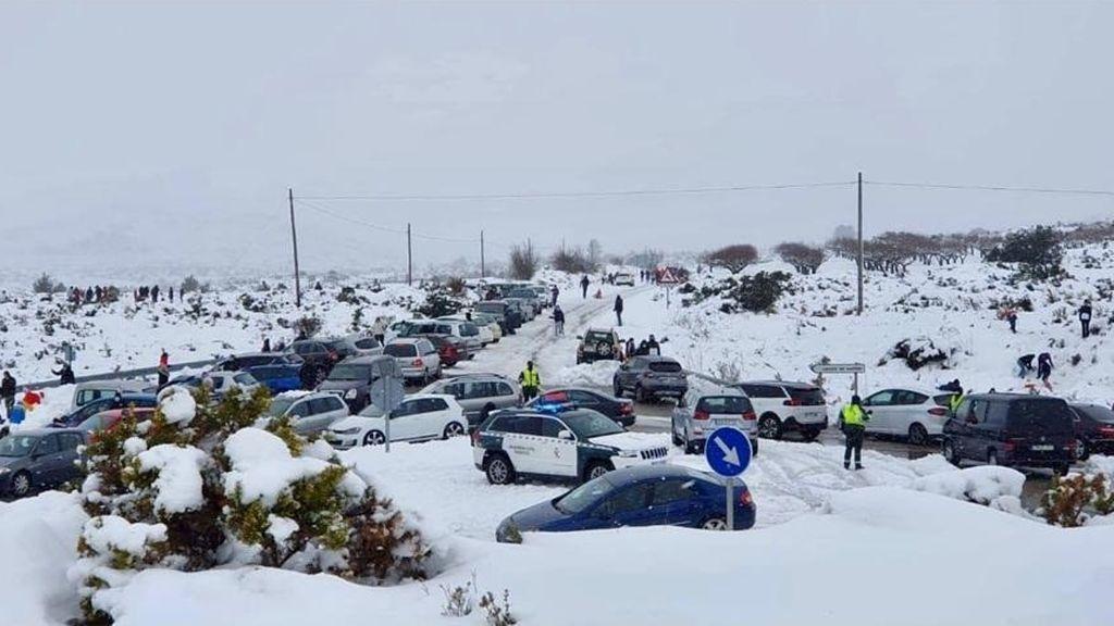 La Guardia Civil auxiliando a multitud de vehículos