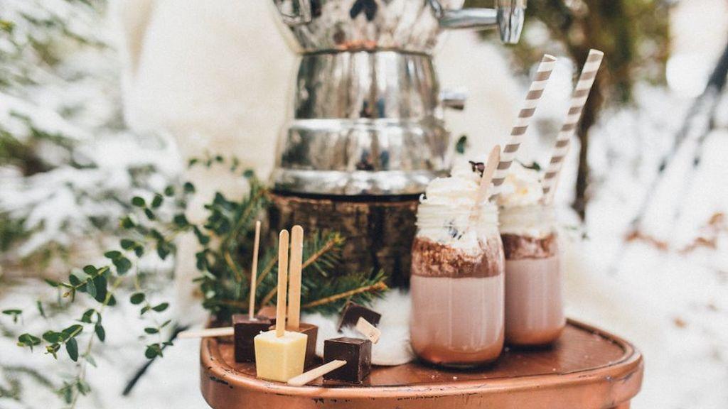 Hot Chocolate Bar, una de las mejores alternativas a los Candy Bar tradicionales: así conseguirás que tus invitados se olviden del frío.