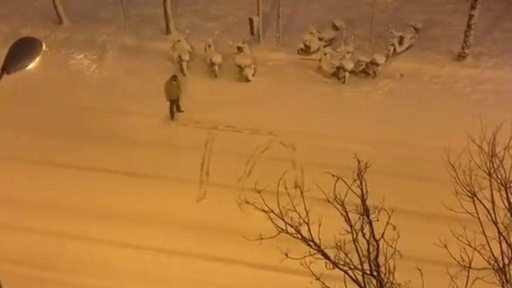 Un hombre conquista la Red con un romántico mensaje para su mujer escrito en la nieve
