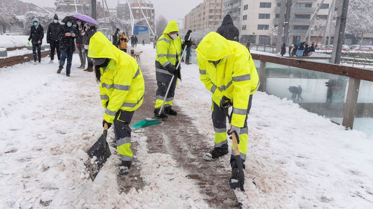 Consejos básicos a seguir tras la gran nevada: quitar la nieve y el hielo de los portales y no usar el coche