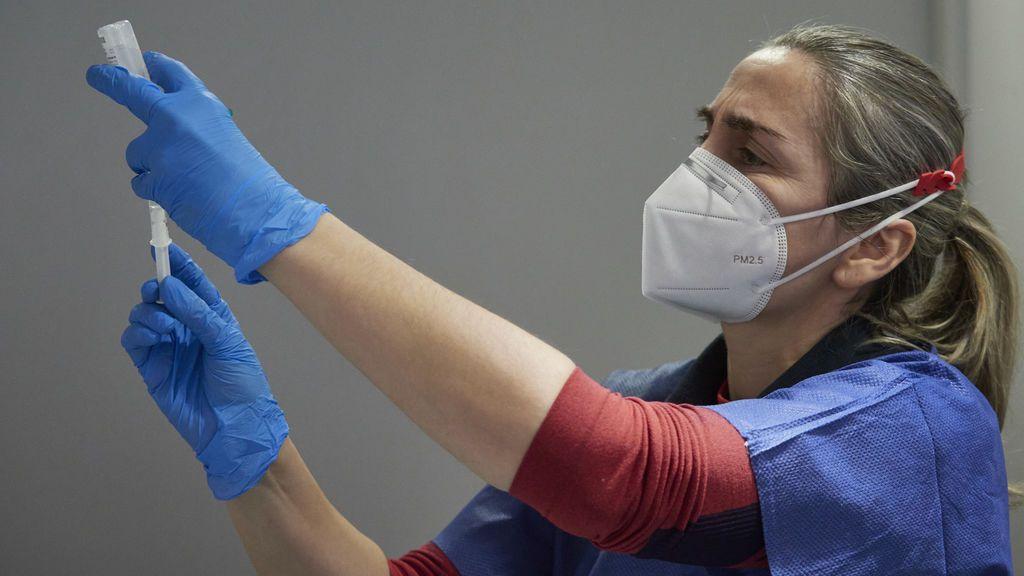 Una trabajadora sanitaria, con material necesario para administrar la vacuna contra la COVID-19, en Pamplona