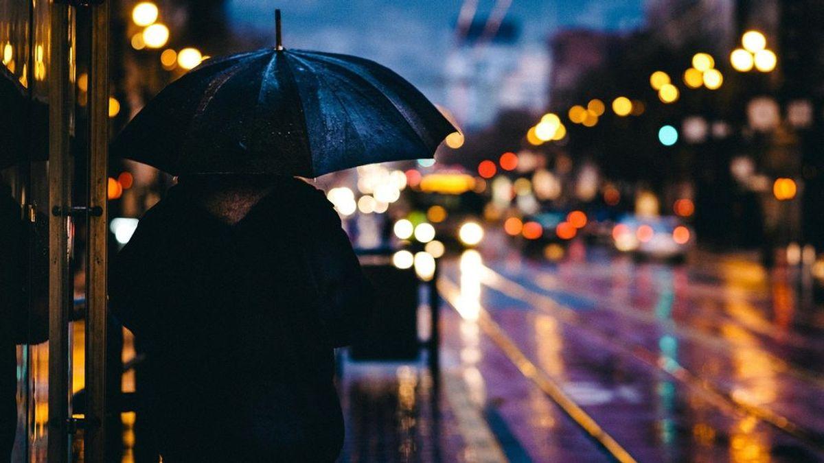 Por qué hay que coger el paraguas con la mano derecha si cae un rayo