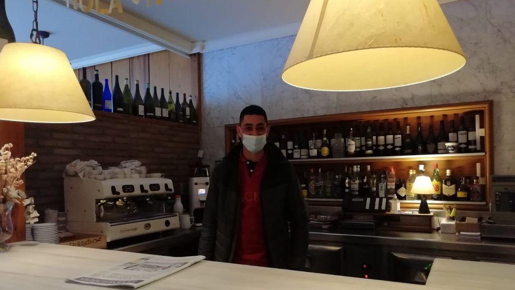 Mohammed El Kaha en el bar del hotel