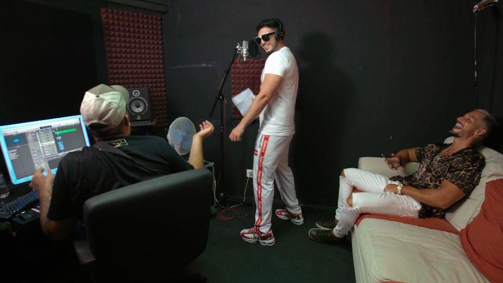 ¡Omar Montes y Nyno Vargas no pueden contener la risa! Así fue la divertida grabación de la cabecera de 'Los Gipsy Kings'