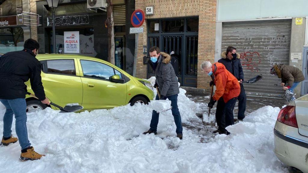 """Vox recrimina a Casado el """"postureo obsceno"""" de hacerse fotos con una pala quitando nieve"""