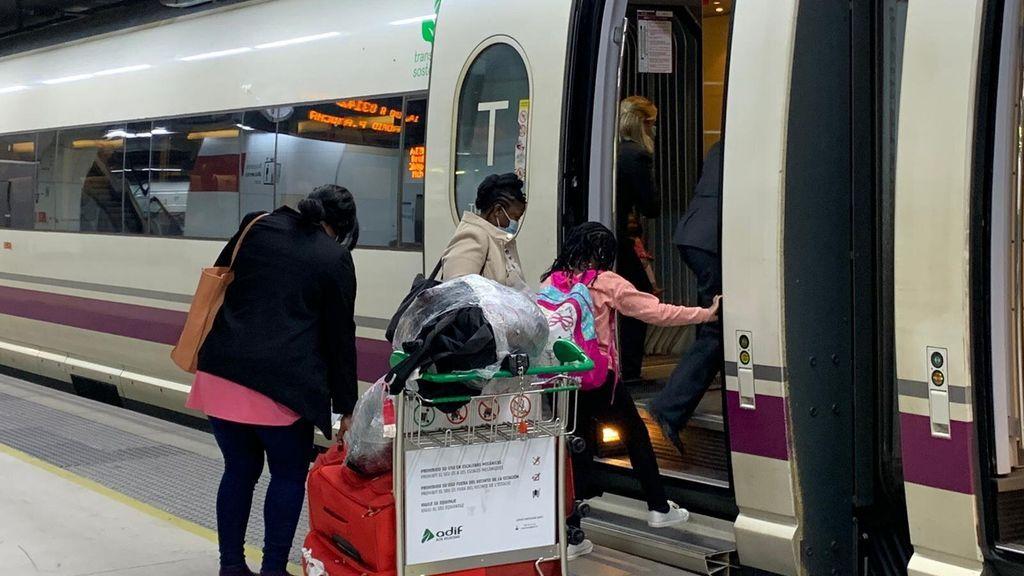 """Enfado y desconcierto entre los pasajeros que no pueden llegar a Madrid: """"Nos dijeron que nos buscásemos la vida"""""""