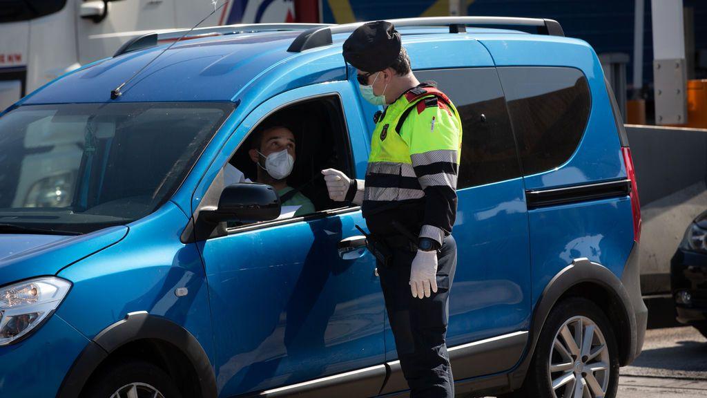 Coche y mascarilla: la multa que te pueden poner por no guardarla correctamente mientras conduces