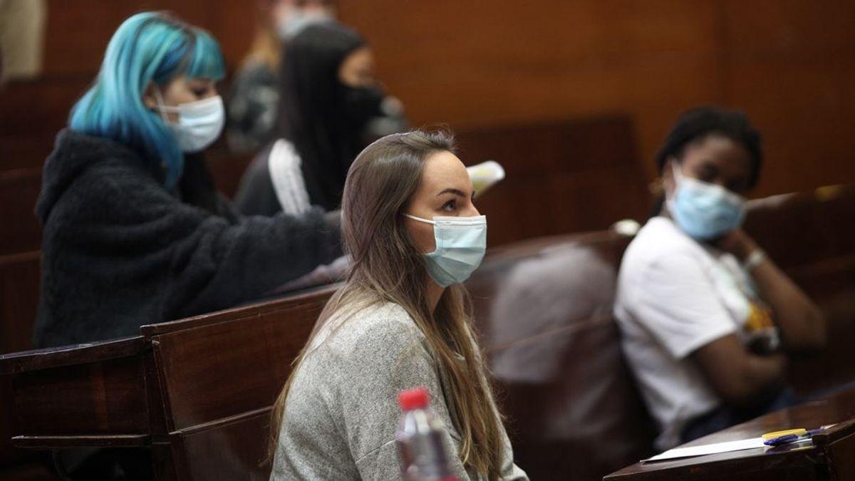 Universitarios examinándose en pandemia