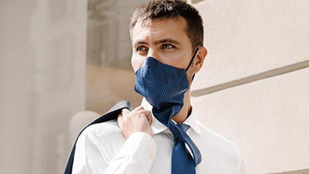 La corbata que se convierte en mascarilla es la gran apuesta de moda italiana para el 2021