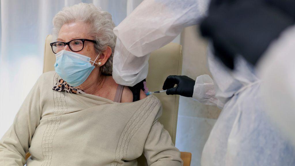 Las residencias terminan esta semana su primera ronda de vacunación, clave para reducir a la mitad los muertos por covid