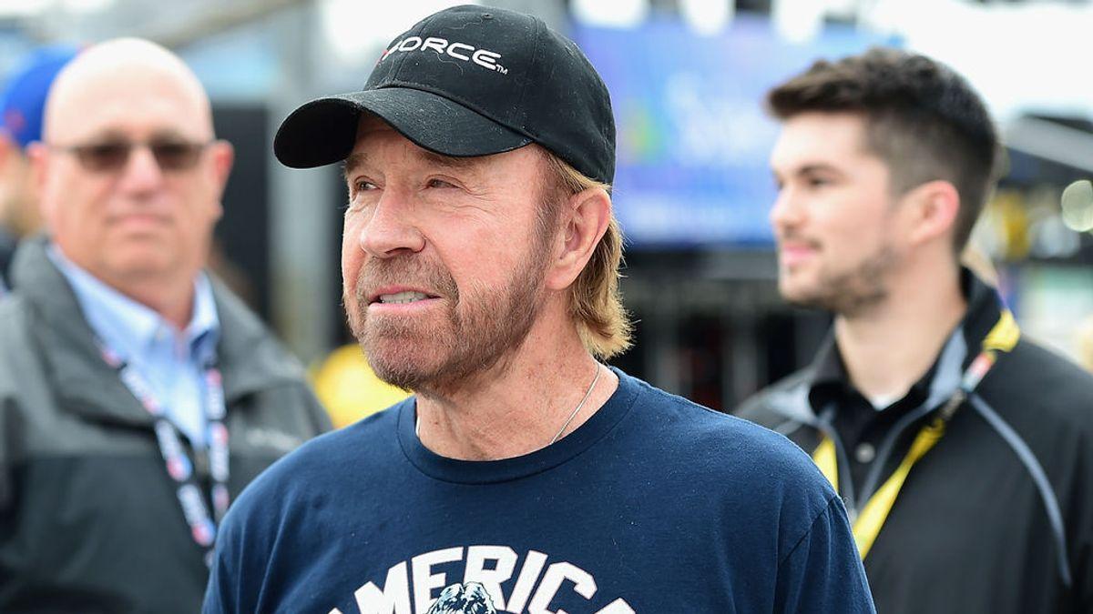 Chuck Norris niega haber estado en el asalto al Capitolio tras viralizarse la foto de un hombre muy parecido