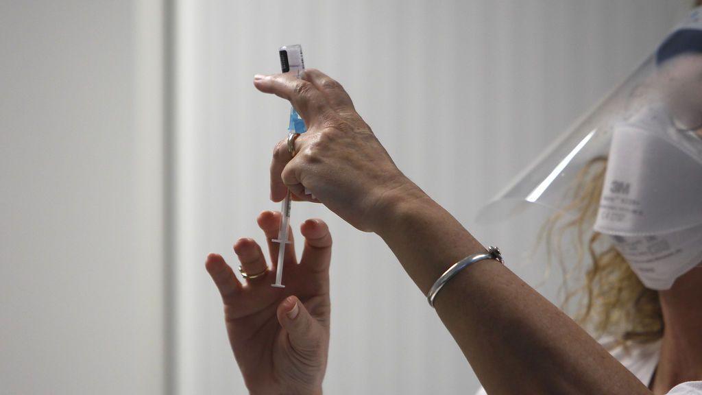 Las tres enfermeras expedientadas en Cataluña dejaron sin la vacuna a cinco residentes
