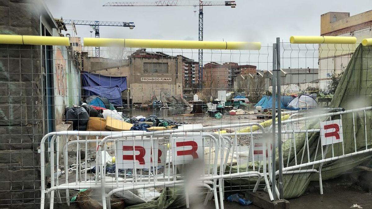 Los vecinos de la nave 'okupa' de Badalona denuncian un aumento de los conflictos por un campamento ilegal en el mismo solar