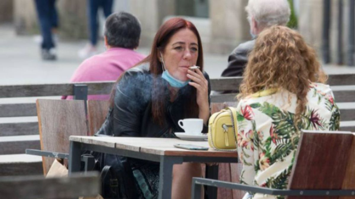 Guerra a fumar en las terrazas en plena tercera ola: por qué es un riesgo