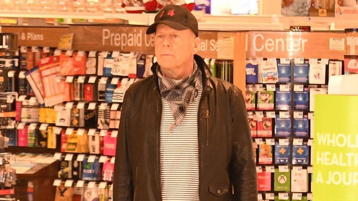 Bruce Willis pide perdón después de que se divulgara una imagen suya sin mascarilla dentro de una farmacia