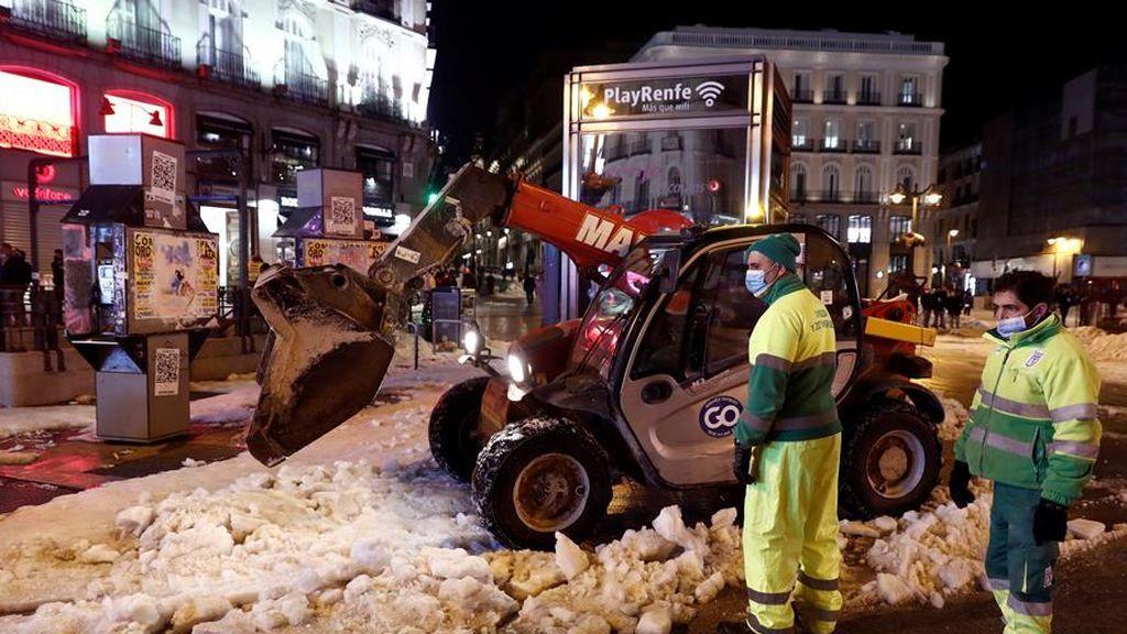 Madrid despliega 1.200 operarios más para retirar hielo y nieve de las calles