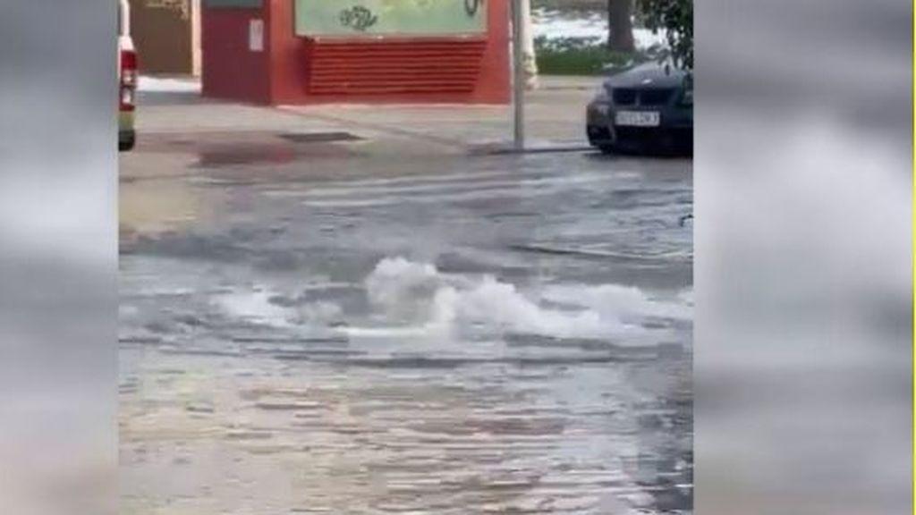 Un reventón anega y obliga a cortar el tráfico en la Avenida de Santander en Valladolid