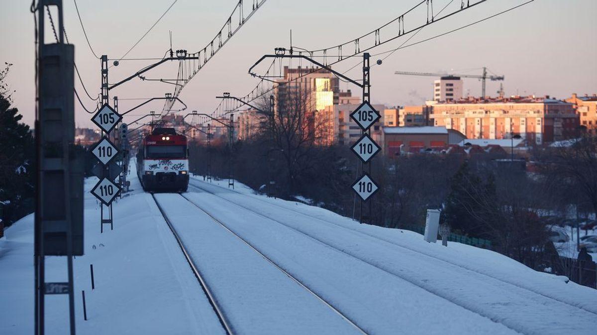 Tren circulando tras el restablecimiento de la circulación interrumpida por el temporal