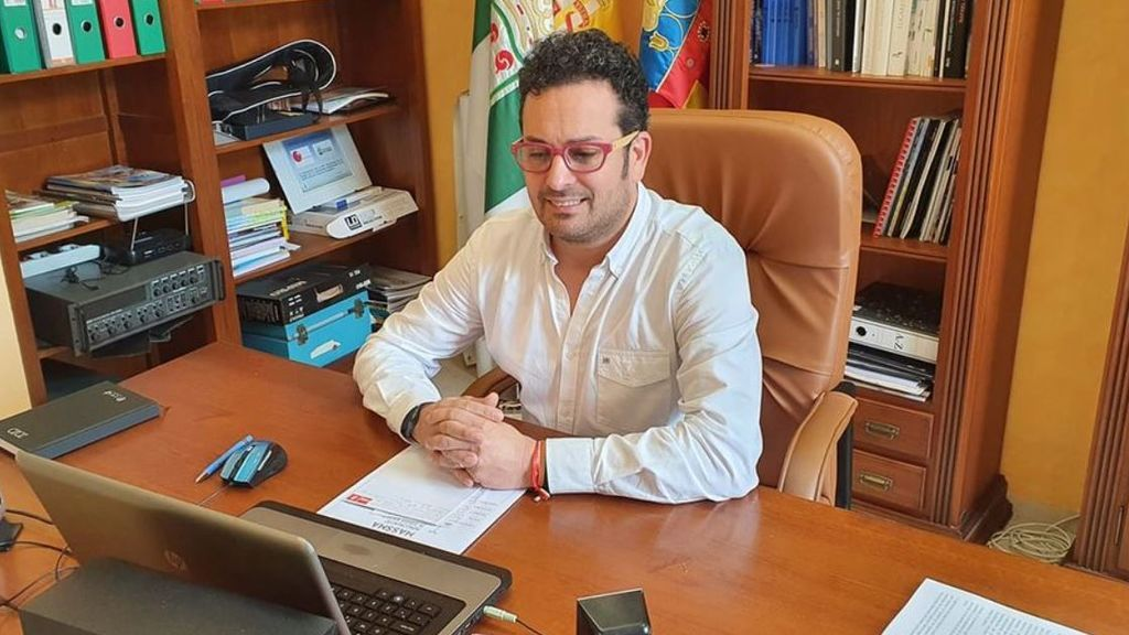 """Los alcaldes de dos pueblos de Alicante, casados entre ellos, se vacunan contra la covid """"porque sobraban dosis"""""""