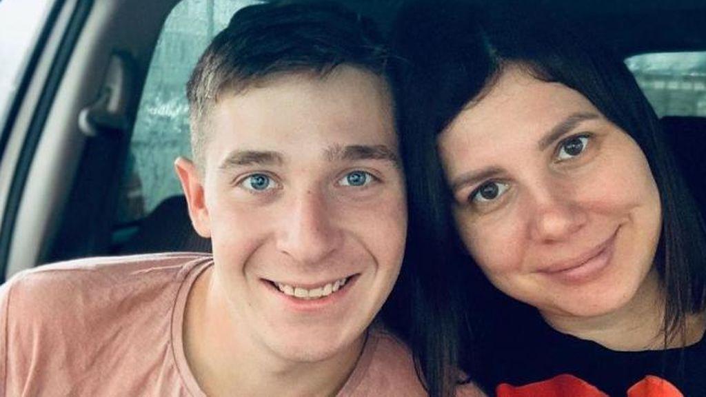 Con 35 años, se casa con su hijastro de 21 y se somete a una cirugía para parecer más joven