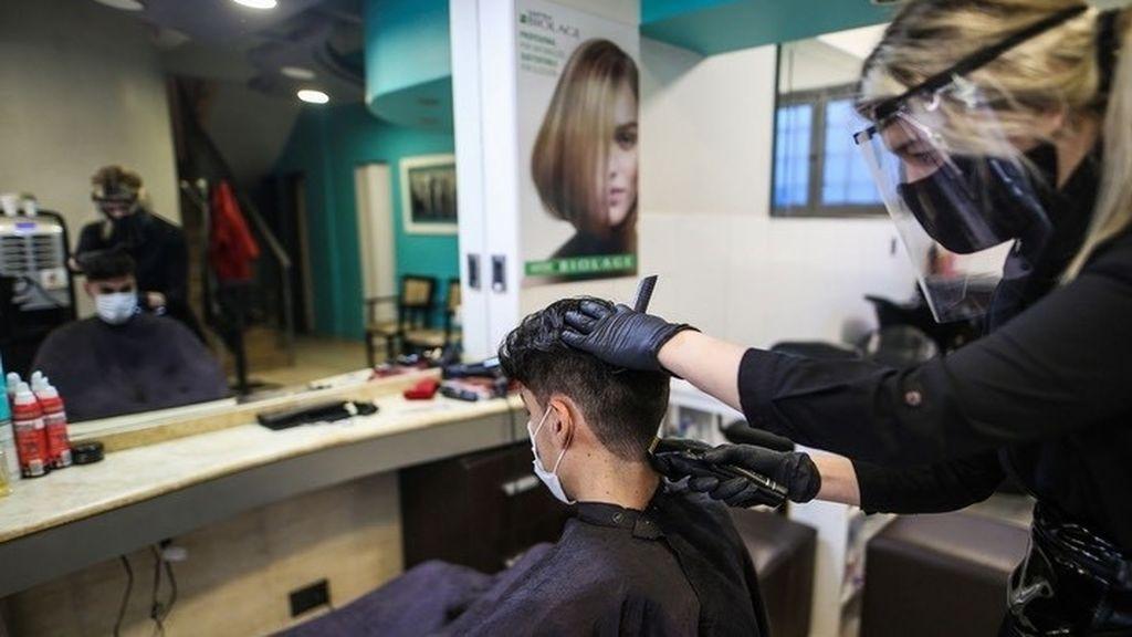 """Las peluquerías aseguran que han despedido a la mitad de sus empleados: """"Esto es una ruina"""""""