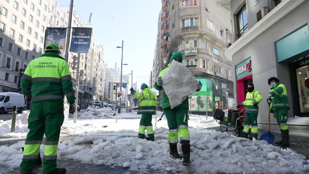 EuropaPress_3516088_operarios_limpieza_zonas_verdes_ayuntamiento_madrid_trabajan