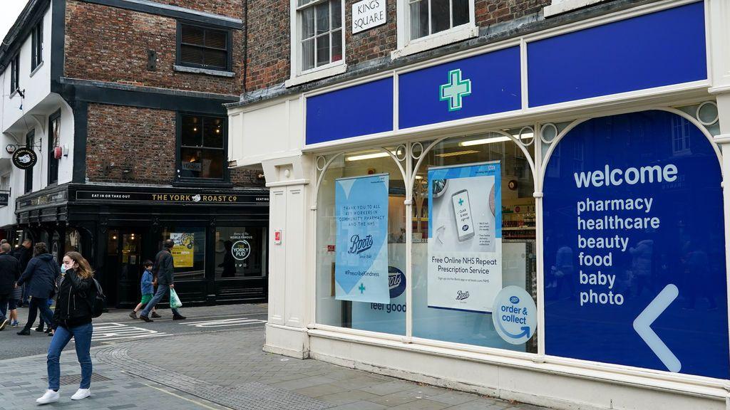 Reino Unido comienza a vacunar contra la covid también en las farmacias