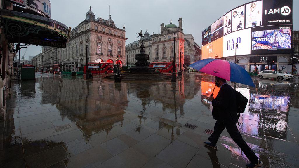 EuropaPress_3516795_14_january_2021_england_london_man_with_an_umbrella_walks_along_the_empty