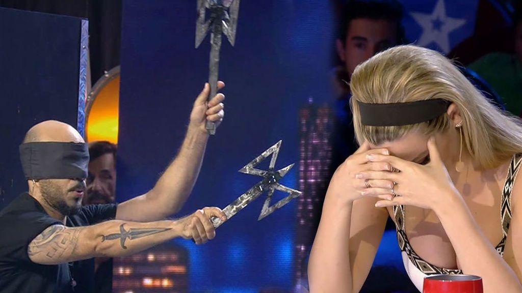 La actuación de Tyron y Mickael lanzándose mutuamente cuchillos